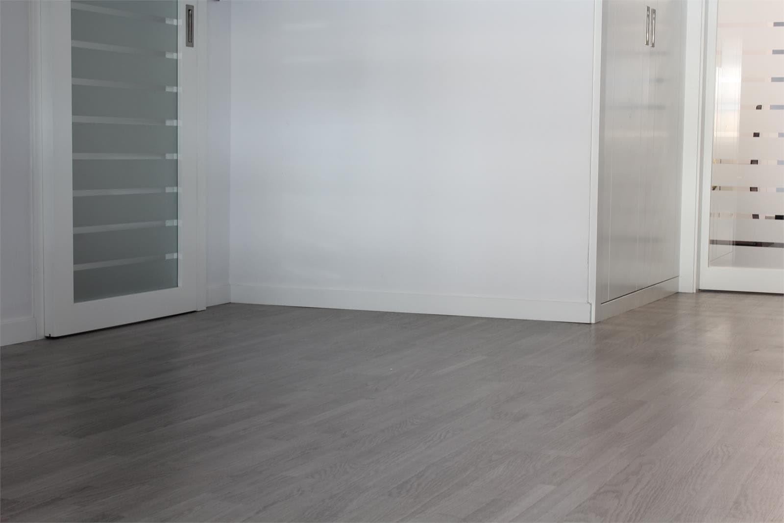 Parquet gris puertas blancas esmaltado gris lneas with for Suelo gris y puertas blancas